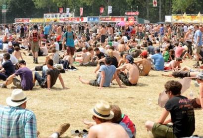 201007051321-1_jongeren-proberen-brand-te-stichten-op-rock-werchter.jpg